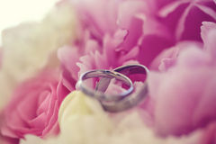 2 wedding rings on flowers Stock Images