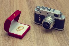 Wedding rings and old camera Stock Photos