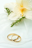 Wedding rings with orchid bouquet Royalty Free Stock Photography