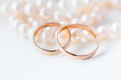 Wedding rings on the pearls Royalty Free Stock Photos