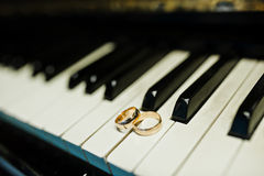 Wedding rings at the piano Royalty Free Stock Photography