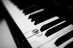 Wedding rings at the piano keys Stock Photography