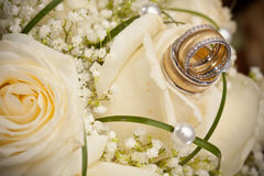 Wedding rings and roses Royalty Free Stock Photography