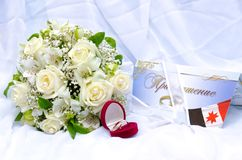 Wedding rings and roses bouquet Royalty Free Stock Images
