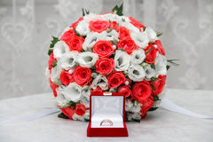 Wedding rings and roses bouquet royalty free stock photos