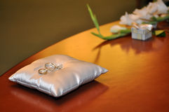 Wedding rings on the table Royalty Free Stock Photography