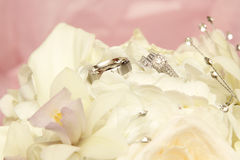 Wedding rings with wedding bouquet Royalty Free Stock Images