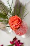 Wedding rosafarbene Dekoration auf einer Tabelle Lizenzfreie Stockfotografie