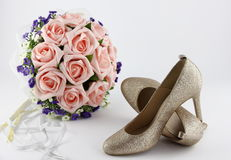 Wedding shoes and a bouquet of flowers Royalty Free Stock Photography