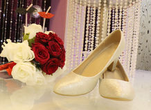 Wedding-shose-white and red rose Stock Photography