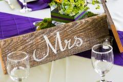 Wedding Sign夫人在表上的 库存照片