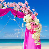 Wedding sur la plage Voûte de mariage dans le pourpre décorée du flo Photo stock