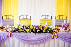 Wedding table with fioletovaya and yellow ribbons Royalty Free Stock Images