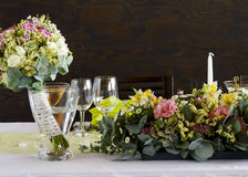 Wedding table with flower bouquet Royalty Free Stock Photos