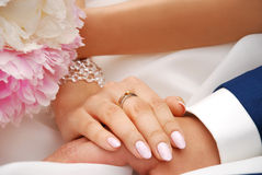 Wedding time. Hand of bride with engagement ring on finger before wedding Royalty Free Stock Photos