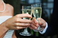 Wedding tostando i vetri Fotografie Stock Libere da Diritti