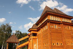 Wederopbouw van de oude Russische houten toren stock fotografie
