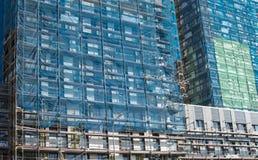 Wederopbouw van de voorgevel van een modern flatgebouw Stock Foto's