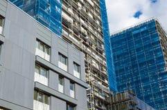 Wederopbouw van de voorgevel van een modern flatgebouw Stock Fotografie