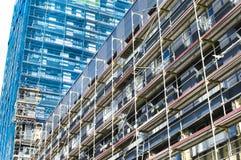 Wederopbouw van de voorgevel van een modern flatgebouw Stock Afbeelding