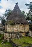 Wederopbouw van een oud huis bij Kuelap-ruïnes, noordelijke Pe royalty-vrije stock fotografie