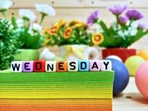 wednesday Färgrika kubbokstäver på det klibbiga anmärkningskvarteret arkivbild