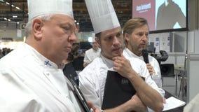 Wedstrijdchef-kok van het Jaar in Helsinki De leden van de jury letten op de voorbereiding van dessert stock footage