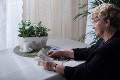 Weduwe die over memorabilia kijken stock afbeelding