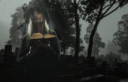 Weduwe op begraafplaats Stock Afbeeldingen