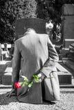 Weduwnaar in een begraafplaats stock afbeelding
