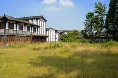 Weedy jordning för kinesiska traditionella byggnader i solig summe Arkivbild