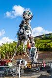 WEEE-Mensenbeeldhouwwerk van elektroafvalprodukten in Eden wordt gemaakt dat stock foto