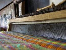 Weefgetouw met kleurrijke draden stock afbeeldingen
