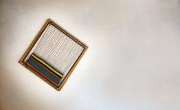 Weefgetouw op witte muur stock fotografie