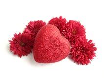Weefsel hart met rode bloemen over witte achtergrond Stock Foto