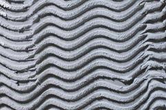 Weefsel monophonic achtergrond van pleisterpleister grijs, met een patroon in de vorm van golven royalty-vrije stock afbeeldingen