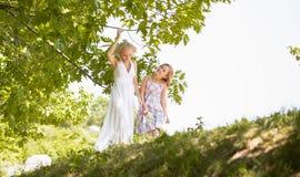 Week-end d'été de dépense de mère et de fille dehors Image libre de droits