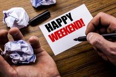 Week-end de Heppy des textes d'écriture Concept pour le message de week-end écrit sur le papier de note de carnet sur le fond en  Photographie stock