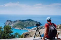 Week-end de vacances d'été visitant la Grèce l'Europe Photographe indépendant masculin avec le sac à dos appréciant le laps de te Photos stock