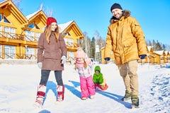 Week-end extérieur d'hiver avec la famille photos stock