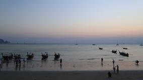 Week-end heureux à la province de Krabi de mer Thaïlande, océan de coucher du soleil, banque de vidéos