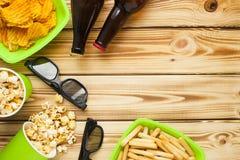 Weekend à la maison, le mode de vie de loisirs, TV, concept d'aliments de préparation rapide Images libres de droits