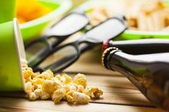 Weekend à la maison, le mode de vie de loisirs, TV, concept d'aliments de préparation rapide Photos stock