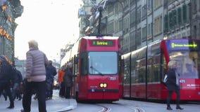 Weekend dentro in città, la gente che usando la rete moderna del tram per viaggiare intorno alla città video d archivio