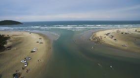 Weekend, die van het strand genieten stock foto's