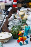 Weekend el mercado de pulgas en el centro de ciudad en un día soleado La cabina del mercado con los objetos para la venta y la ge fotos de archivo libres de regalías