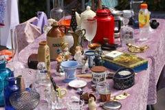 Weekend el mercado de pulgas en el centro de ciudad en un día soleado La cabina del mercado con los objetos para la venta y la ge imagen de archivo libre de regalías