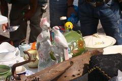 Weekend el mercado de pulgas en el centro de ciudad en un día soleado La cabina del mercado con los objetos para la venta y la ge imagen de archivo