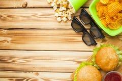 Weekend em casa, o estilo de vida do lazer, tevê, conceito do fast food Foto de Stock