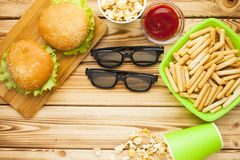 Weekend em casa, o estilo de vida do lazer, tevê, conceito do fast food Fotografia de Stock